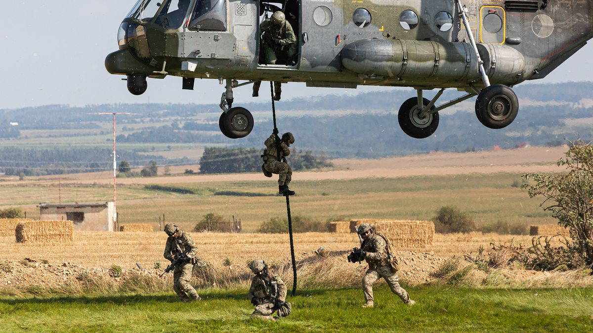 Vyskočili zvrtulníku a navedli dron na cíl. Tak vČesku cvičí vojáci NATO