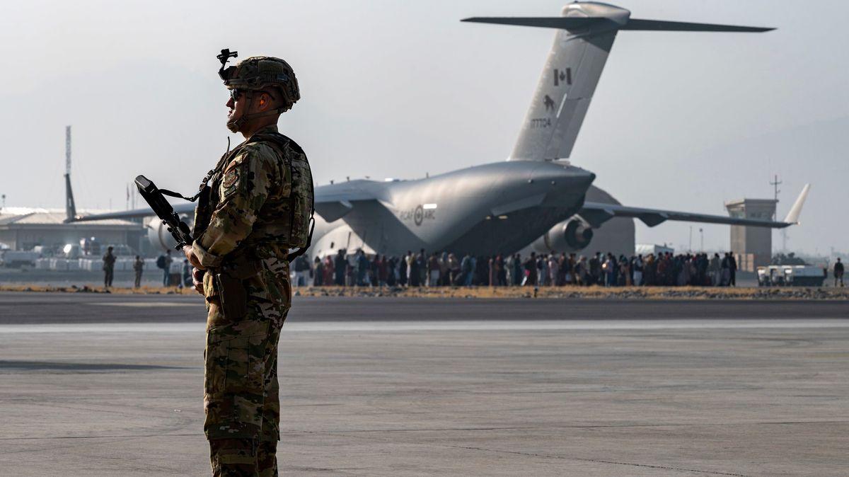 Biden oznámil další plán evakuace zAfghánistánu. Řecko opevňuje hranice