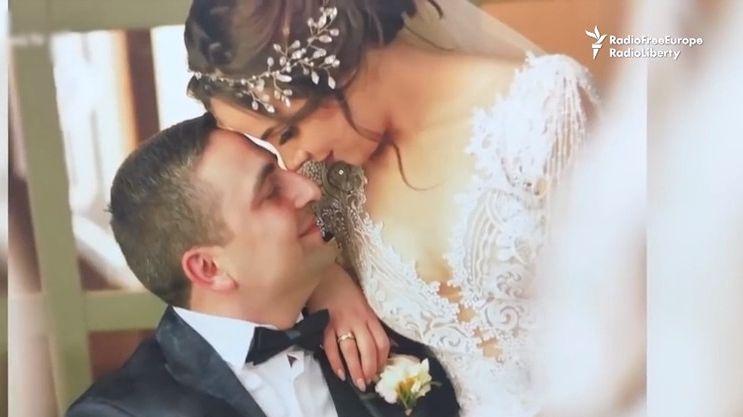 Pár musel ukončit svatební cestu a vyrazit vstříc nákaze