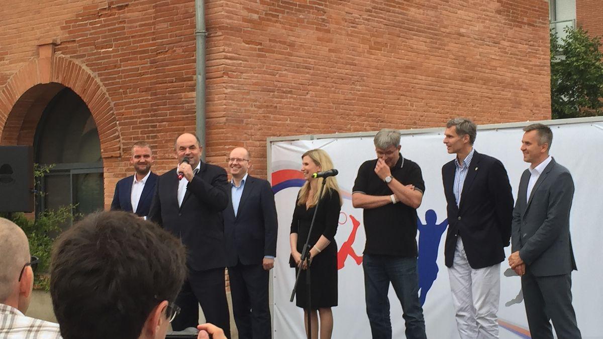 Obrazem: Prominenti, jimž platil Pelta drahé dárky, se sešli vČeském domě