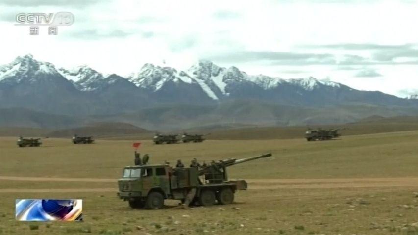 Zabíjení kameny a hřebíky. Mrtvých čínských a indických vojáků jsou desítky
