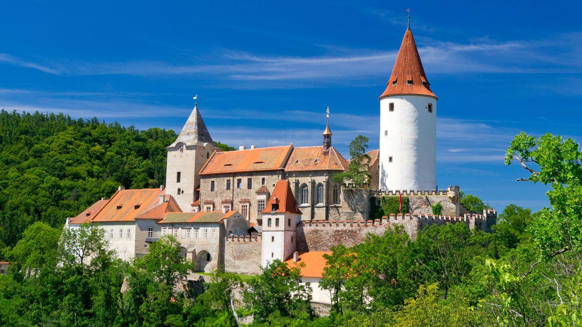 Začíná covidová sezona hradů a zámků. Bez průvodců a srozestupy vkomnatách