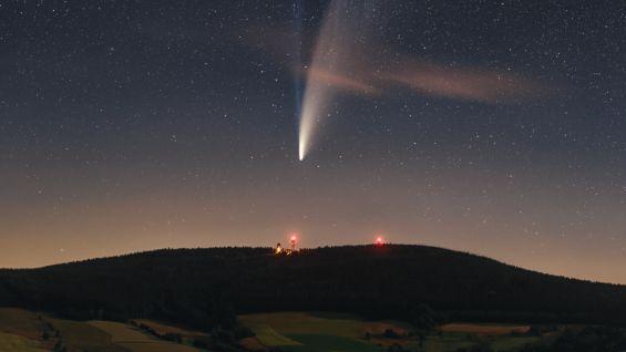 Obrazem: Kometa Neowise září nad Zemí ina internetu