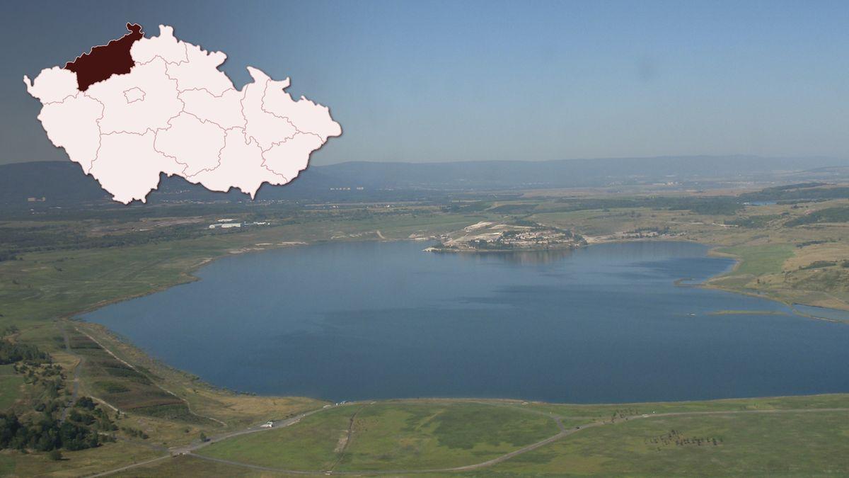 Na místě lomu vzniklo obrovské jezero Most sprůzračnou vodou