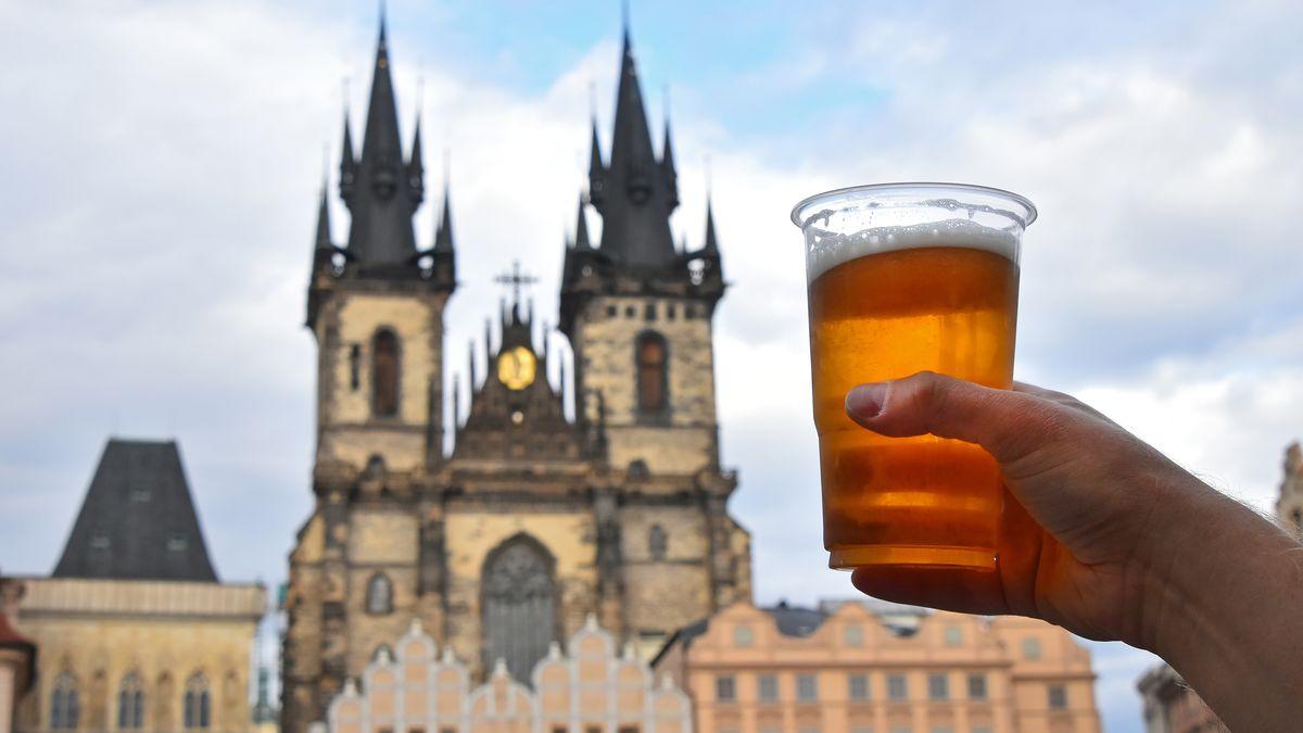 Češi zatím vypili očtvrtinu méně piva než loni. Pivovary doufají vobrat