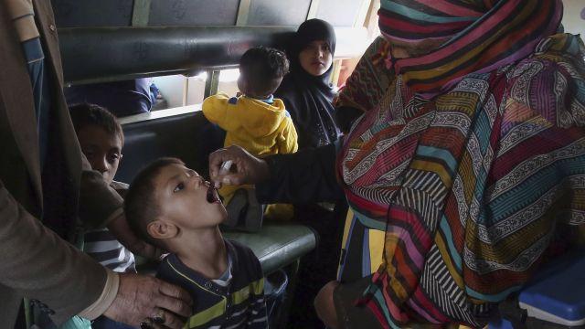 Západ chce sterilizovat naše děti, varují před očkováním pákistánští duchovní