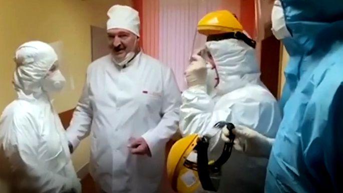 Video: Bez rukavic a roušky. Lukašenko navštívil covidové centrum