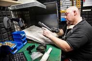 Každá vyrobená zbraň musí projít třemi střeleckými zkouškami: tormentační zkouškou, zkouškou funkcí a zkouškou přesnosti. Zde se zkouší pistole Shadow 2.