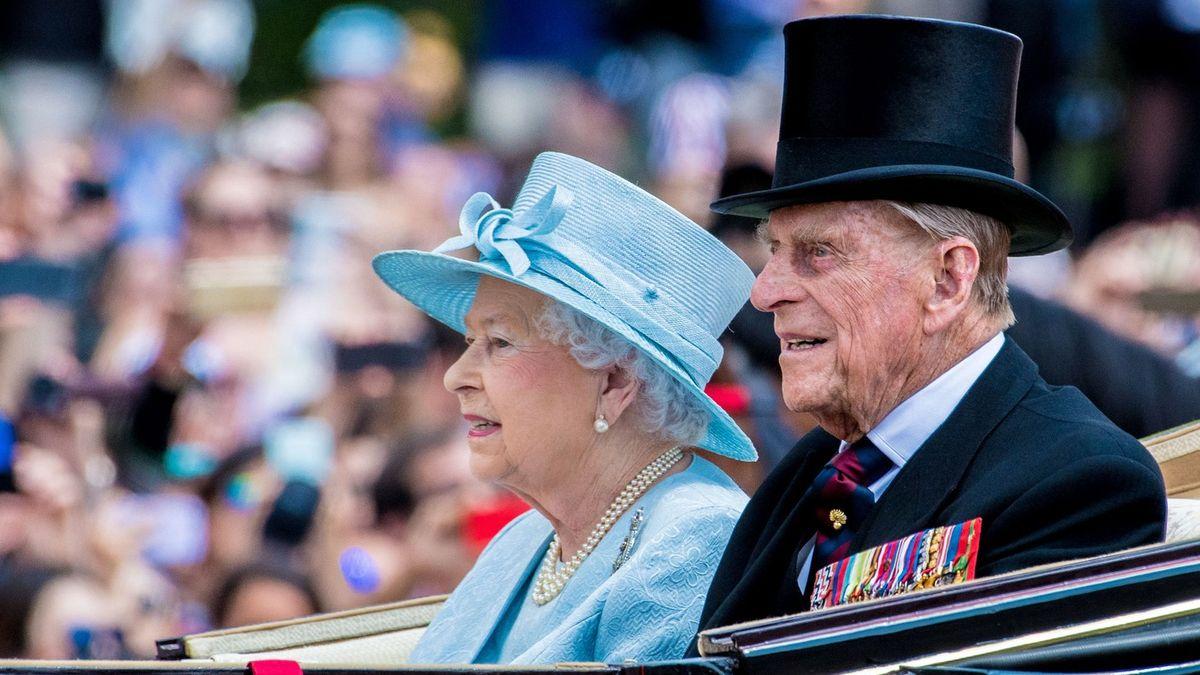 Královna Alžběta seděla upostele prince Philipa do poslední chvíle