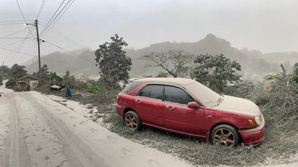 Karibský ostrov po výbuchu sopky zasypal popel. Evakuují se tisíce lidí
