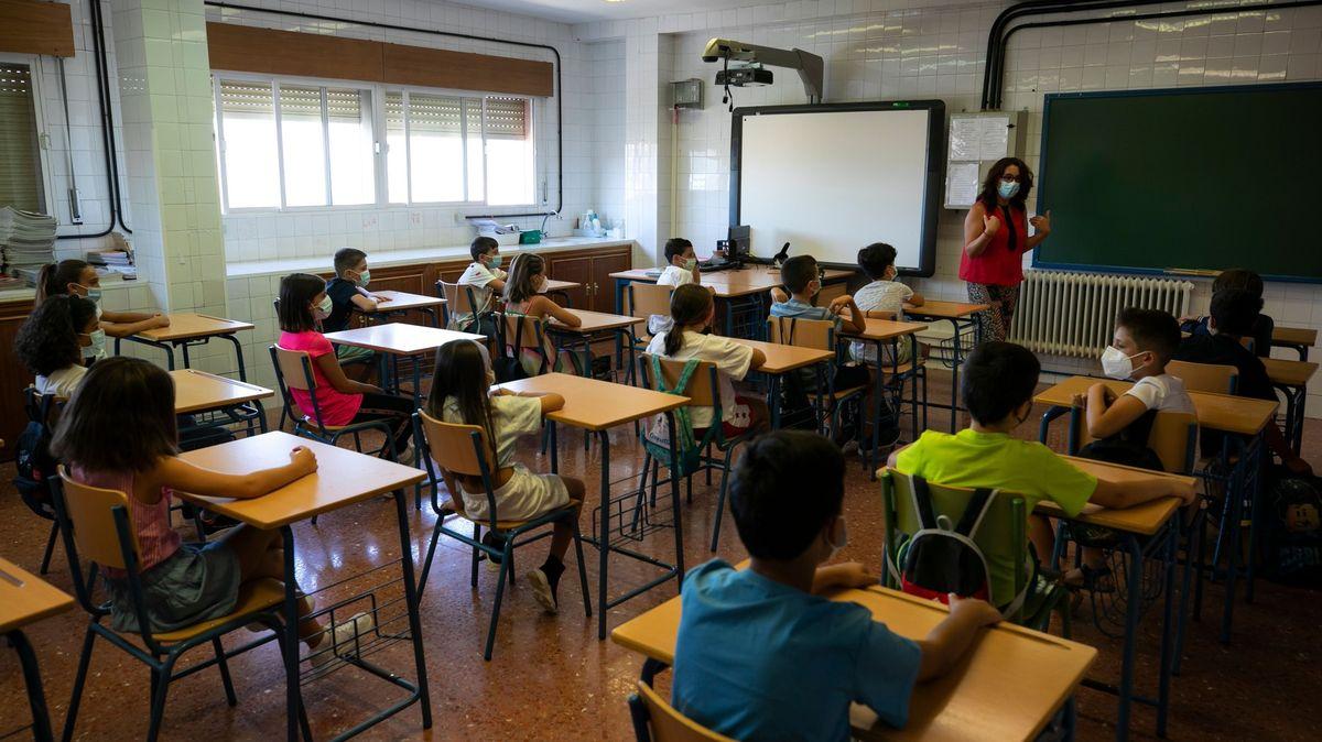 Odložení roušek ve školách na dohled. Španělsko se blíží kolektivní imunitě