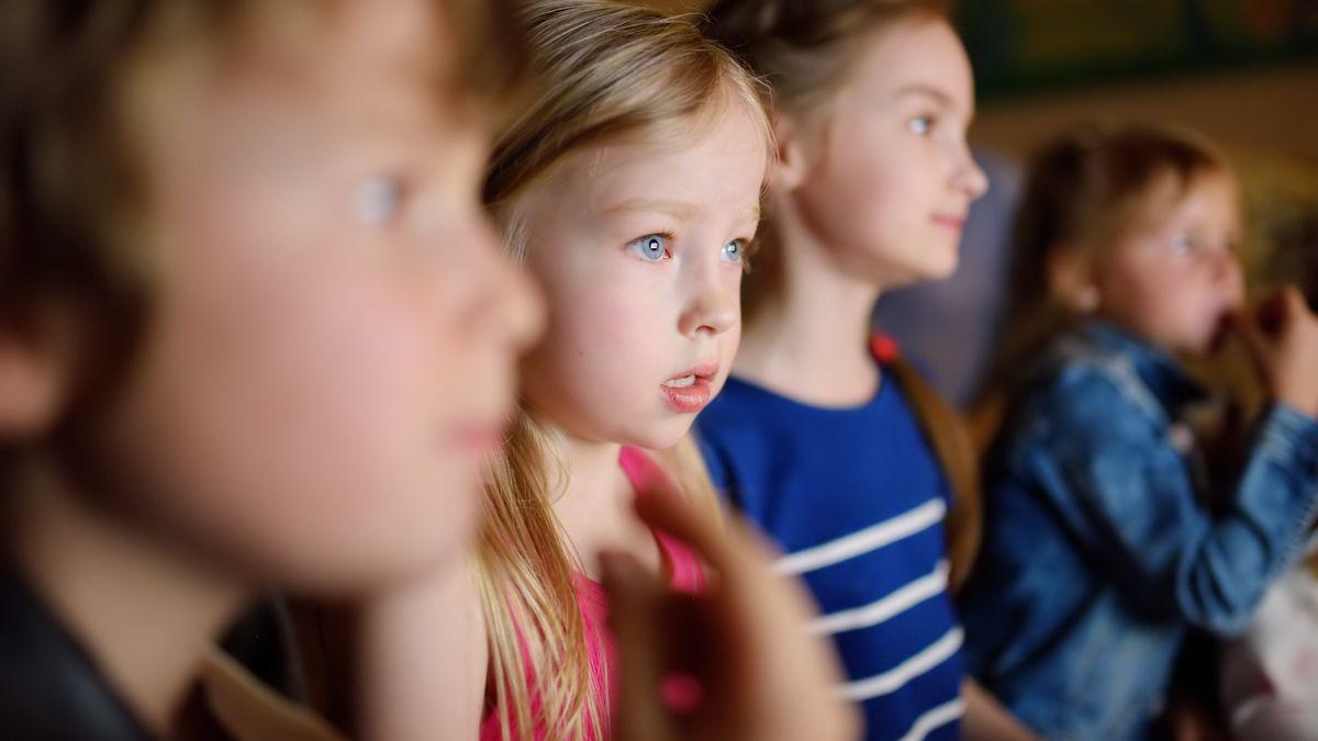 Herci vyzvali děti, aby si vsundaly roušky. Rozšířil se covid