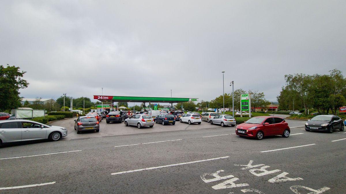VBritánii se tvoří dlouhé fronty na benzin. Nemá ho kdo dovézt