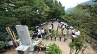 Procesí stovek lidí se pravidelně vydává na výstup k vesnici Ueno ležící poblíž místa neštěstí. Vyrostl tu památník obětem letu JAL. Snímek pochází z roku 2015, kdy Japonsko vzpomínalo na 30. výročí tragédie.