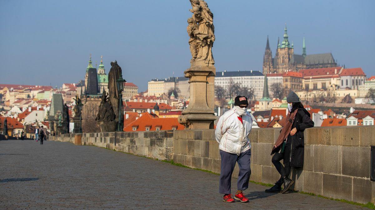 Česko patří kpěti nejhorším zemím, kde být během pandemie, píše Bloomberg