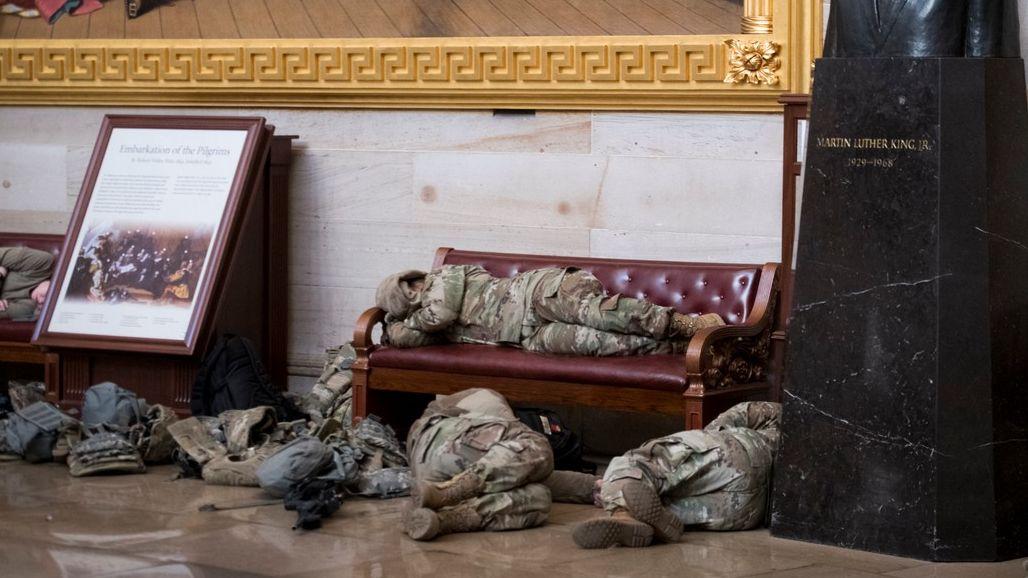 """Foto: Spící vojáci ve zbrani. Kapitol je připravený na útok """"trumpovců"""""""