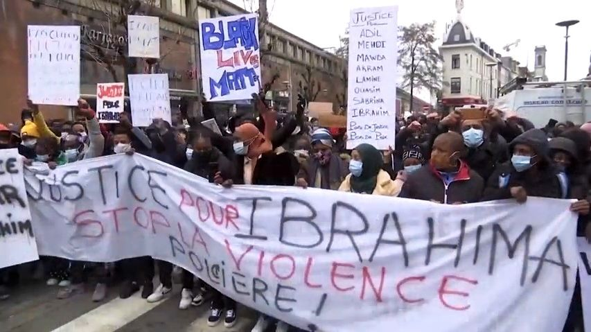 Video: Nepokoje vBruselu. Demonstranti napadli ikrálovský konvoj