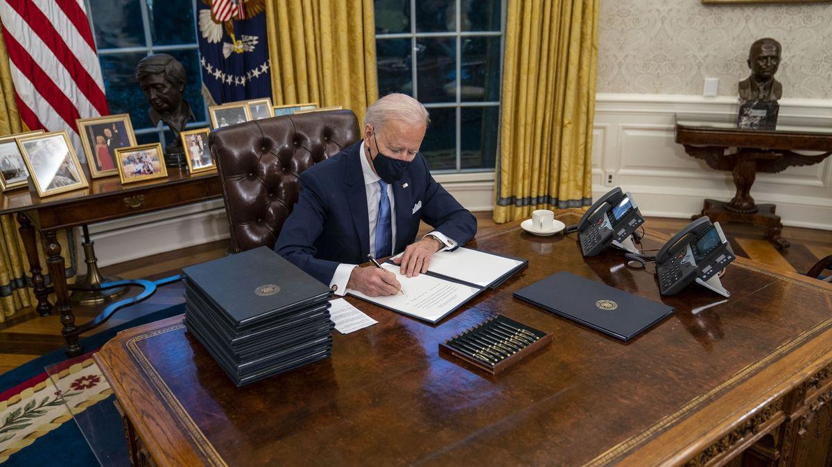 Biden nařídil návrat USA kPařížské dohodě. Američany vyzval kjednotě