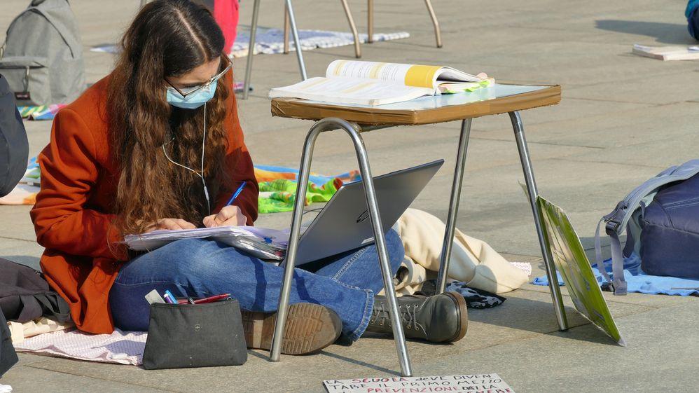 Fotky zprotestů proti izolaci: Studenti už mají plné zuby zavřených škol