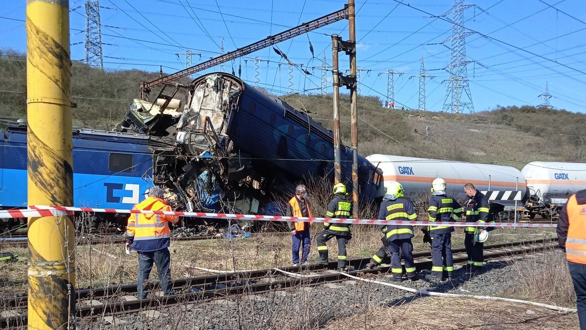 Srazily se nákladní vlaky, jeden vezl propan-butan. Jeden člověk zemřel