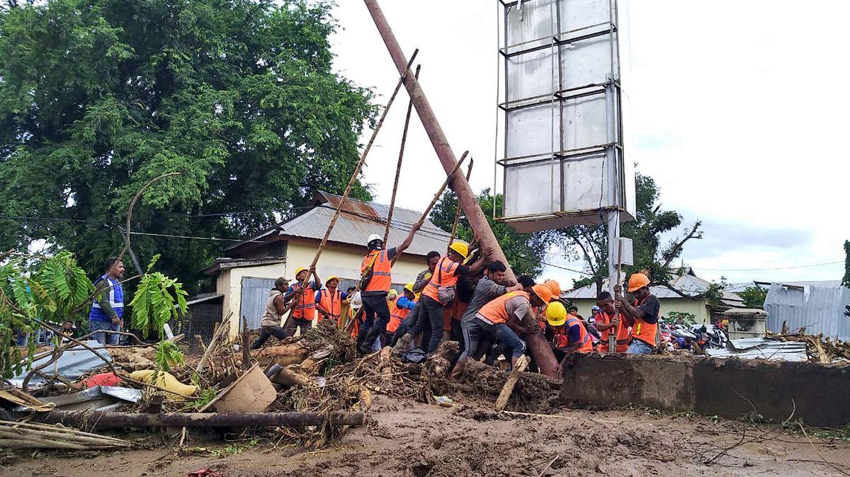 Video zničivých povodní: Přes 150mrtvých a tisíce evakuovaných