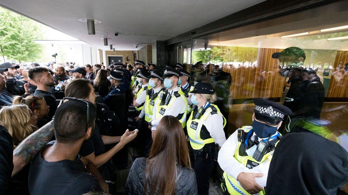Odpůrci vakcín zaútočili na sídlo BBC, spletli si ale budovu