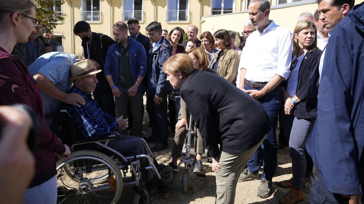 Merkelová opět zamířila do míst záplav. Napravuje faux pas svého nástupce