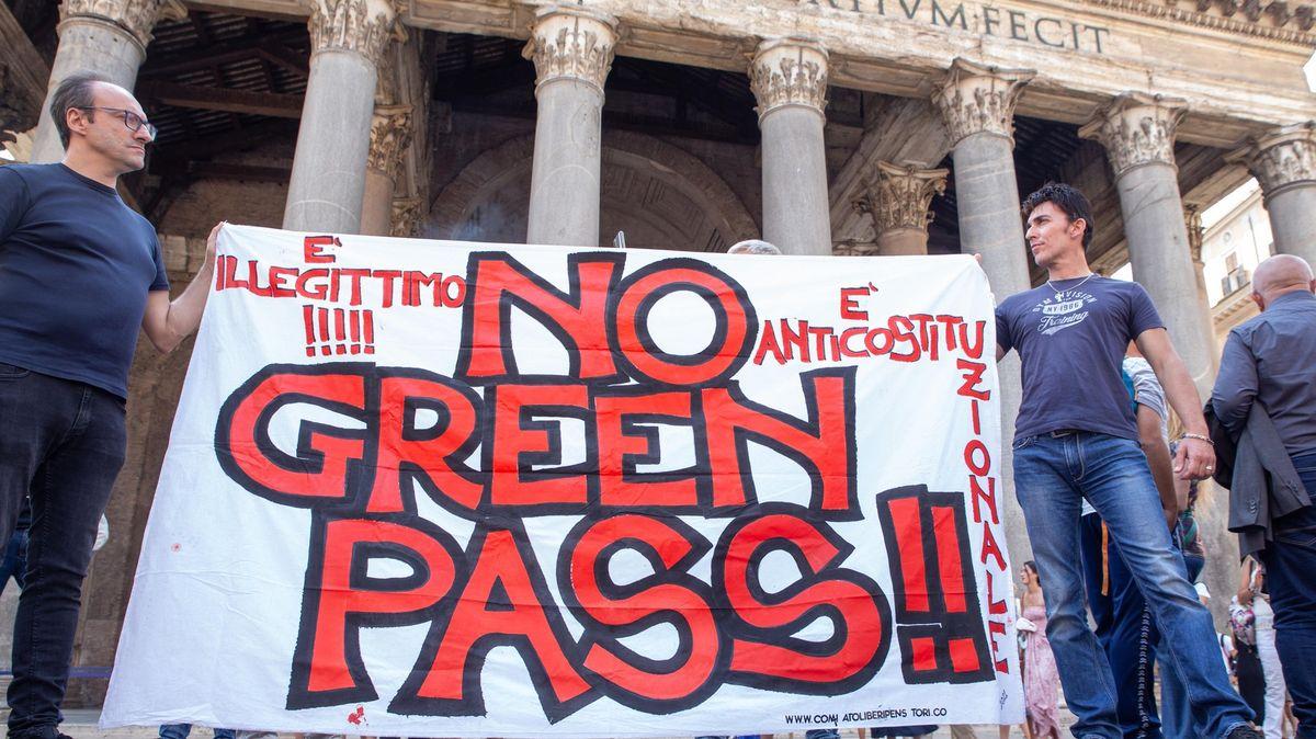 Pozor na ozbrojené odpůrce očkování, varuje italská policie
