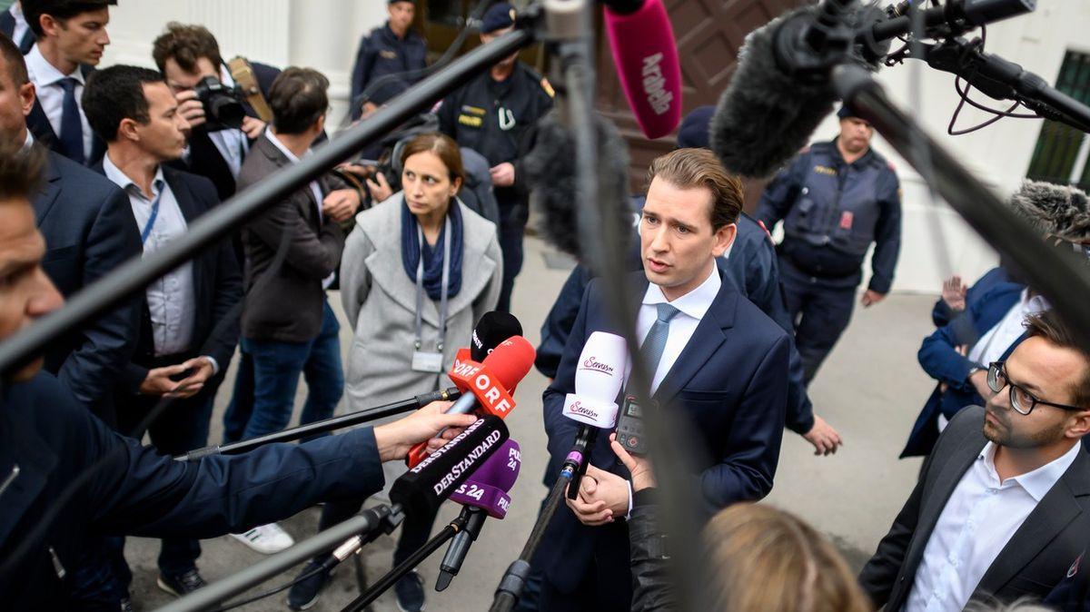 Rakouská opozice žádá po zátahu Kurzovu hlavu. Kancléř rezignovat odmítá