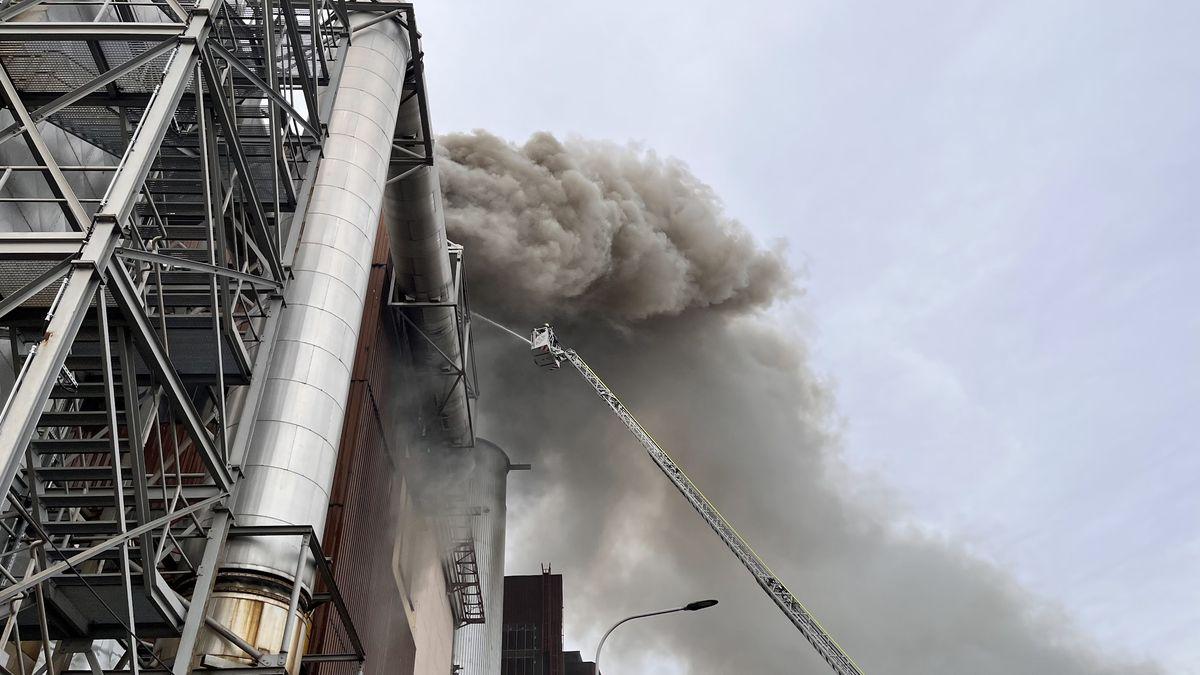 Obrazem: Takhle viděli malešickou spalovnu zasahující hasiči