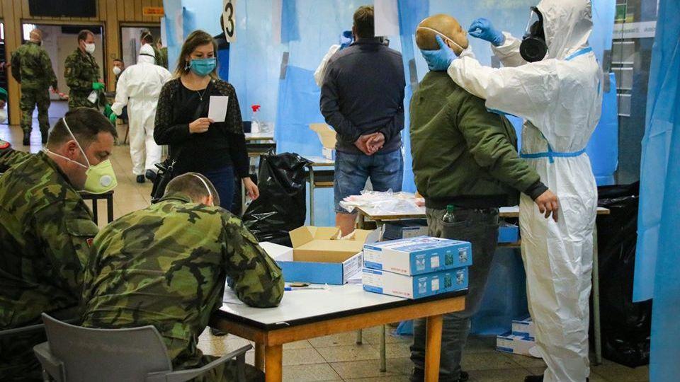 Armáda ukázala fotky zplošného testování zaměstnanců Dolu Darkov