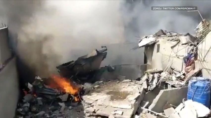 Video ukazuje drtivý dopad letadla do města. Na palubě byla stovka lidí