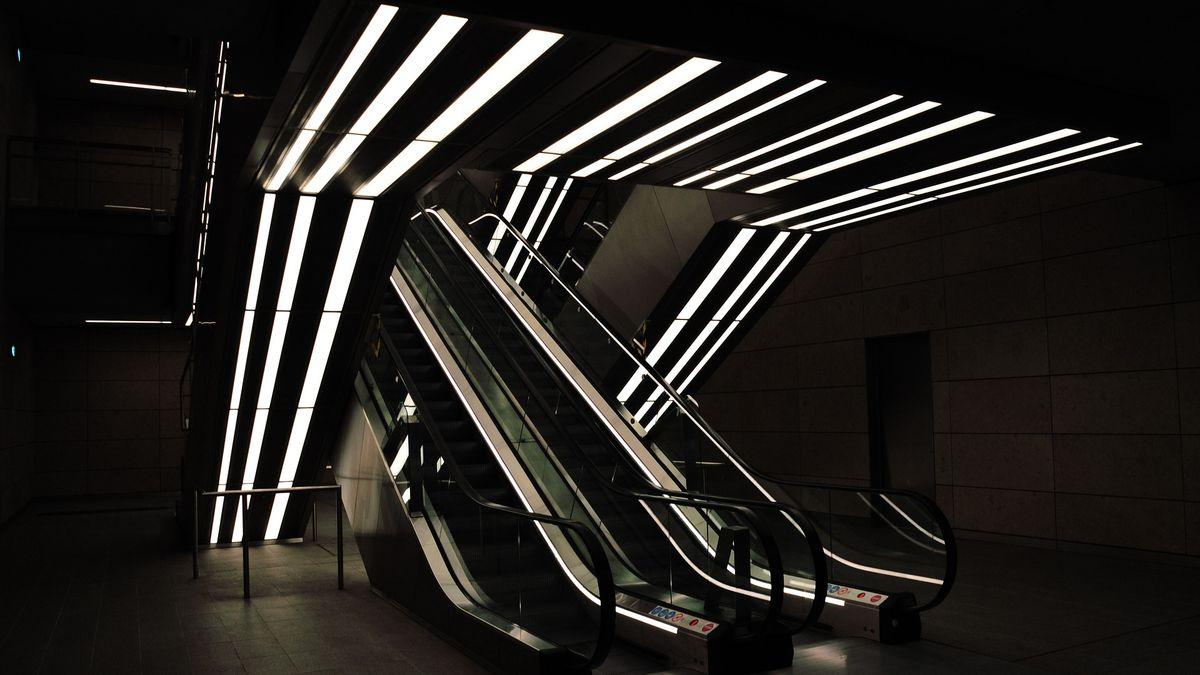 Metro, kde si skoro nesednete. Převáží totiž balíky
