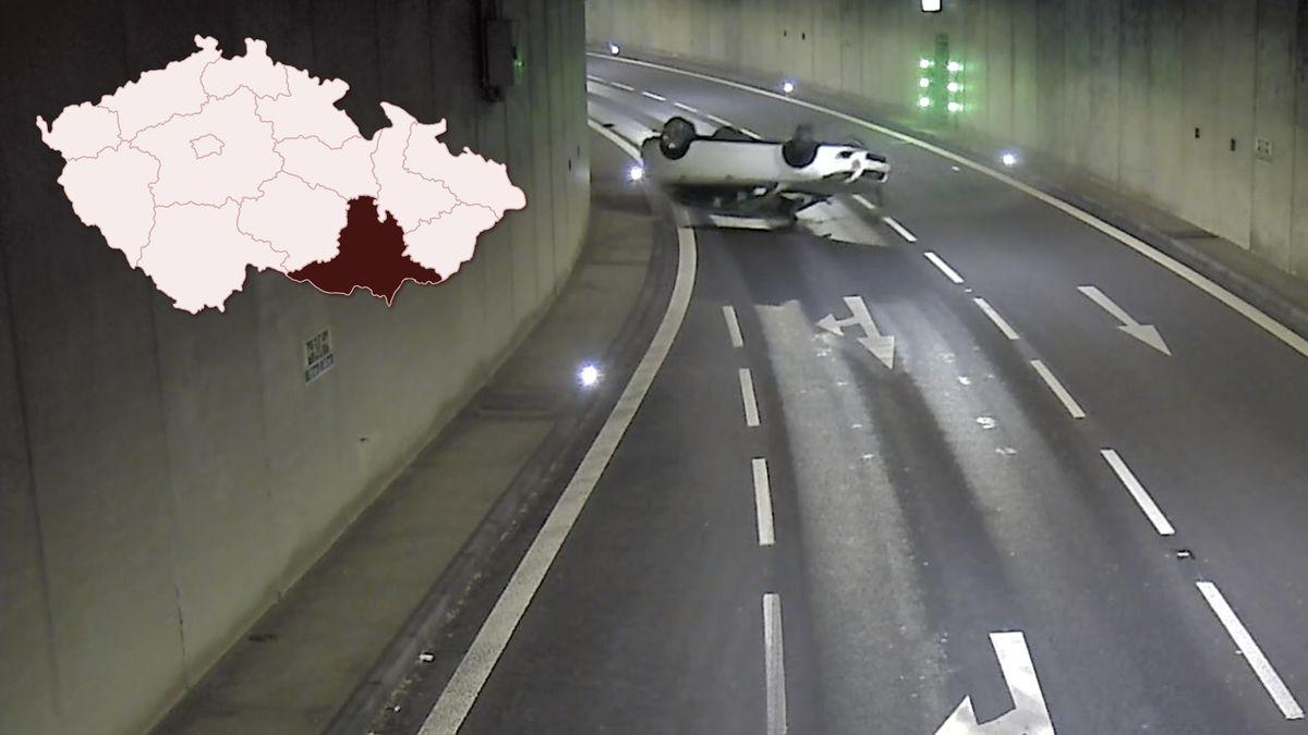Video: Opilý řidič vbrněnském tunelu obrátil auto na střechu