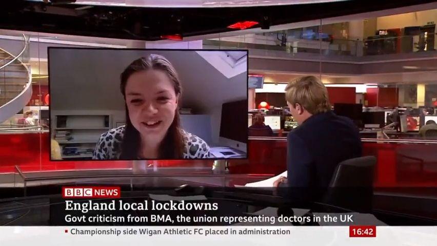 Dcera epidemioložky narušila vysílání BBC. Reakce moderátora byla pohotová