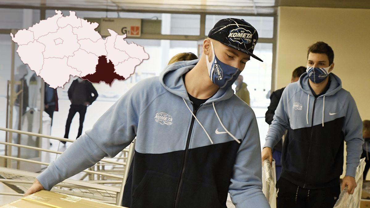 """Brněnská """"polní"""" nemocnice už má postele, skládali je hokejisté Komety"""