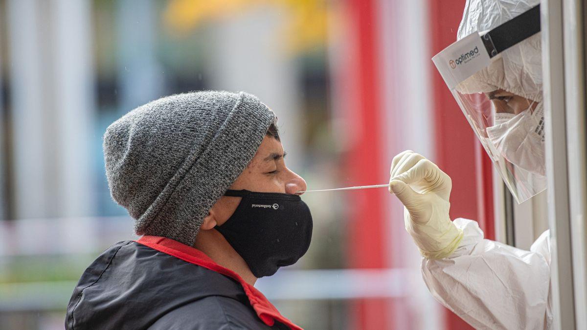 Od příštího roku zlevní otestování na koronavirus pro samoplátce