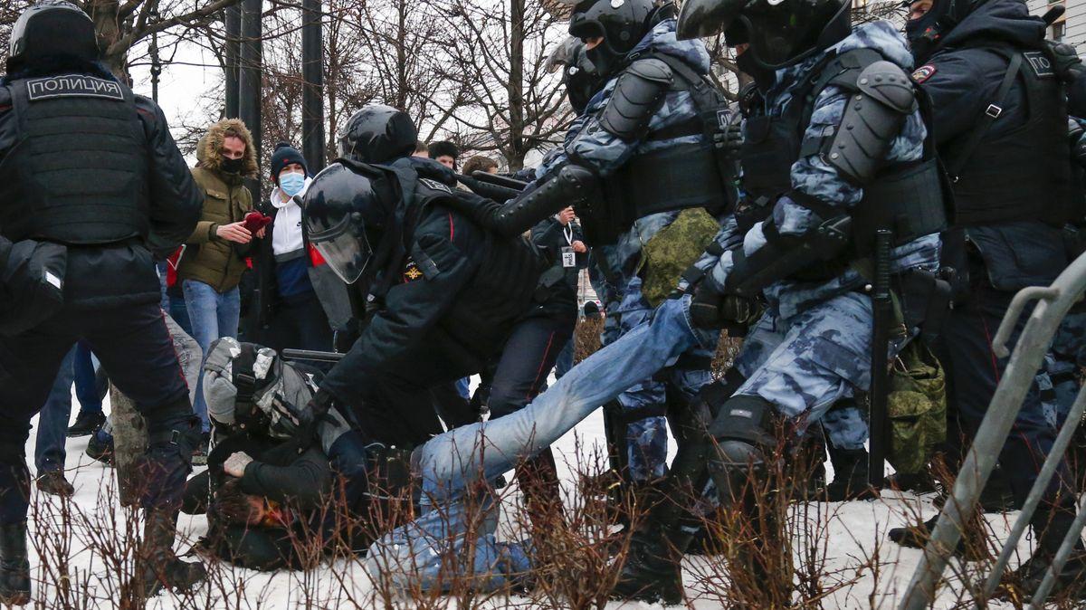 Fotky zmrazivých protestů za Navalného: Policie tvrdě zakročila