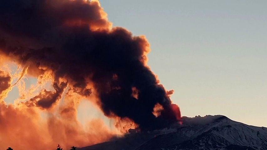 Video: Etna chrlí lávu, sopečný popel a kouř zastavily provoz letiště
