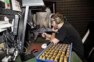Kontrolní střelby z moderní vojenské útočné pušky Bren 2 v semiauto verzi. Z každé se vystřílí celý zásobník. Zkouší se střelba jednotlivými ranami i dávkou.