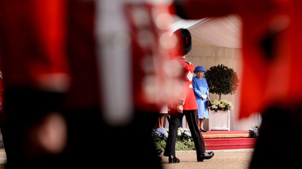 Alžběta II. se vrátila kpráci, rozloučila se sdlouholetým zaměstnancem