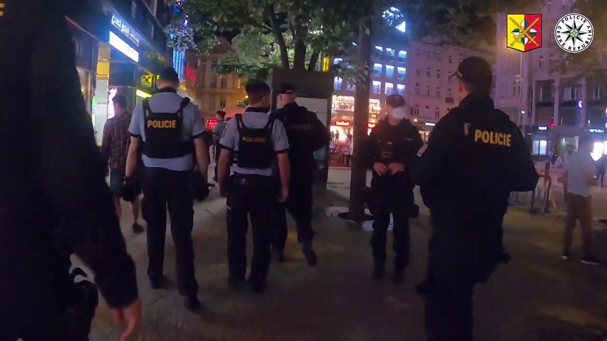 Video: Policejní zátah na pražské bary a kluby. Zakazovali tancování
