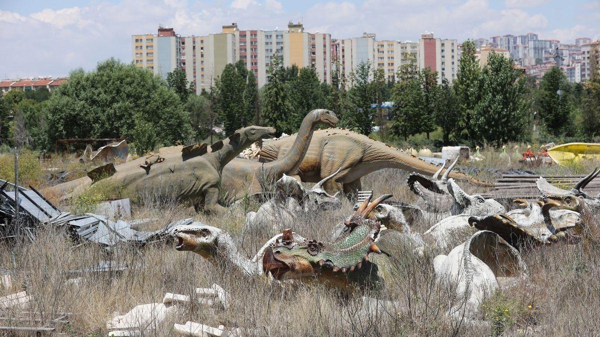 Fotky: Za Ankarou straší dinosauři, zErdoganova parku je pomník plýtvání