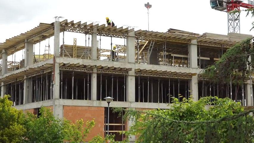 Developer staví bytový komplex bez povolení isouhlasu sousedů. Úřady jsou bezmocné