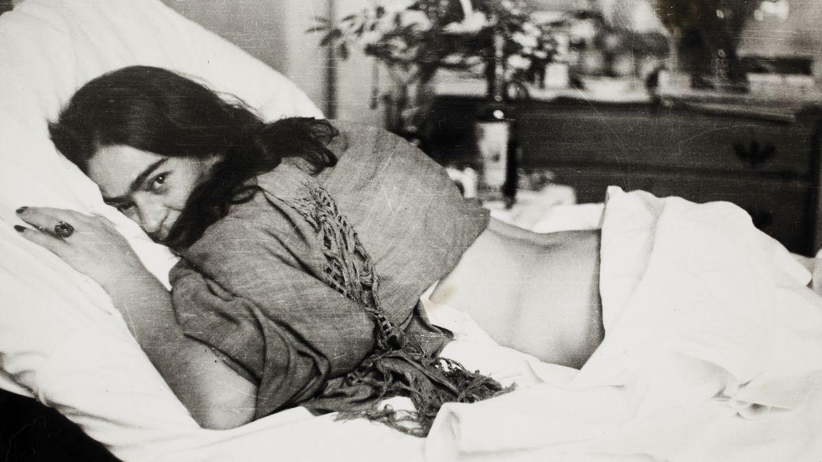 Víc než rozbité tělo. Fotky ze skrytého archivu ukazují vnitřní svět Fridy Kahlo