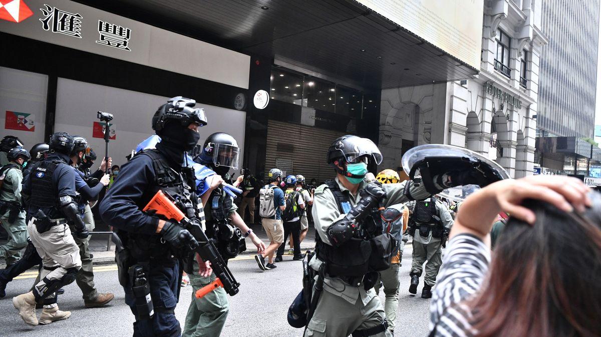 Policie opevnila parlament dvoumetrovou zdí. Hongkong opět demonstruje