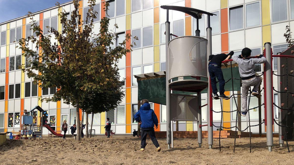 Zavřete dětská hřiště, vyzývá vláda