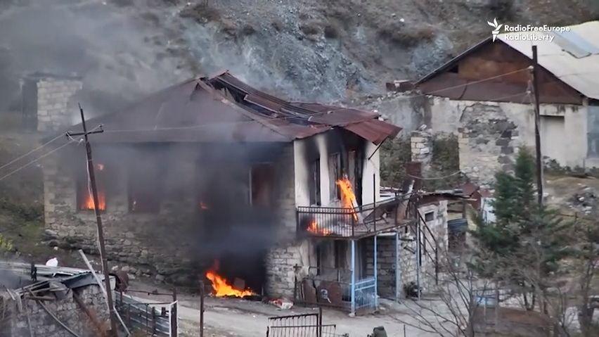 Video zKarabachu: Arméni odjíždějí, nechávají za sebou spálenou zem