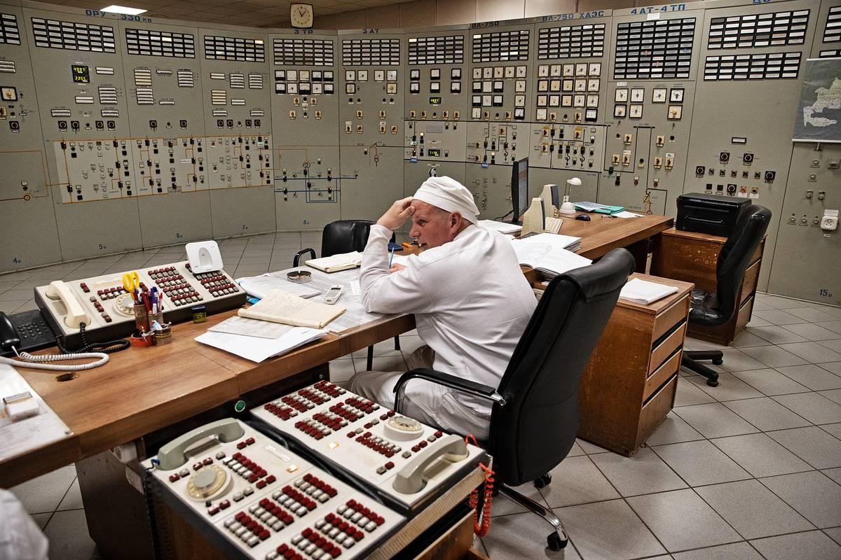 Na nekontrolovatelný růst výkonu reaktoru obsluha reagovala tím, že rozhodla tyče zasunout zpátky. Ale bylo pozdě. Mechanismus se kvůli zvýšené teplotě deformoval a zasunutí už se nezdařilo. Nahromaděná pára vedla k explozi, odhození víka reaktoru a jaderné havárii.