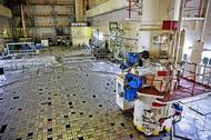 """Víko tlakové nádoby reaktoru číslo 3 je identické s tím, které krylo reaktor č. 4. Každá kostička je pomyslnou zátkou, pod níž byly uloženy palivové články, regulační tyče a grafitové moderátory. V seriálu Černobyl je záběr, jak tyto """"zátky"""" nadskakují jako papiňák. Víko o váze tisíc tun při výbuchu vylétlo a prorazilo strop."""